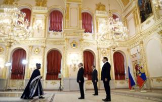 Shugaban Rasha Vladimir Putin tare da ministan harkokin kasashen waje Sergei Lavrov da kuma mai bai wa shugaban shawara Yury Ushakov su ne suka tarbi sabon jakadan na jamhuriyyar Benin.