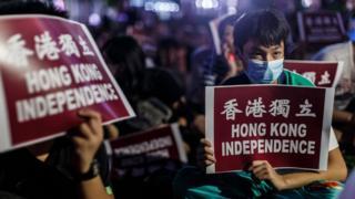 港獨示威者舉起「香港獨立」標語牌(資料圖片)
