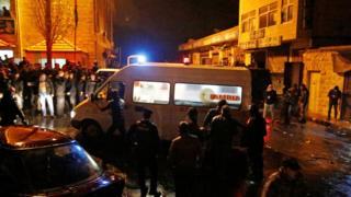 カラクの城に到着した警官らと救急車(18日)