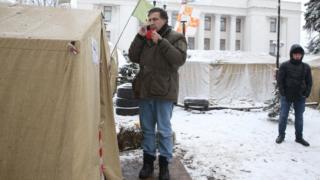 Міхеіл Саакашвілі біля намета, з телефоном