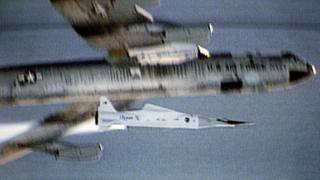 नासा के X-43A हाइपरसोनिक रिसर्च विमान की टेलीविज़न तस्वीर, इसे 16 नवंबर 2004 को B-52 करियर एयरक्राफ़्ट विमान से लॉन्च किया गया था