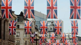 倫敦市中心街道上的英國國旗