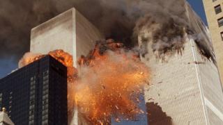 برخورد دو هواپیمای مسافربری ربوده شده به برج های دوقلوی نیویورک این دو آسمانخراش را در حلقه آتش فرو برد و پس از ساعتی موجب فروریختن هر دو برج شد
