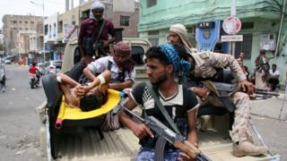 Yemeni pro-government fighters rush a comrade to the hospital on the back of a pick-u[ truck after he was injured in clashes with Houthi fighters in Taiz (25 May 2017)