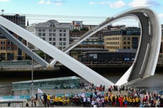 İngiltere'deki Gateshead Milenyum Köprüsü'nün 2013'te gerçekleşen Avrupa Atletizm Şampiyonası'nın açılış töreni kapsamındaki açılışı.