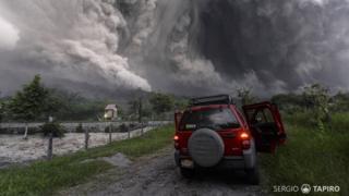 La camioneta de Sergio Tapiro frente al Volcán de Colima