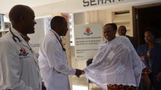 Bi Magufuli na Dkt. Raymond Mwenesano, Mkuu wa Idara ya Wagonjwa wa nje na Daktari Bingwa wa magonjwa ya ndani mara baada ya kuruhusiwa kutoka hospitalini Ijumaa.