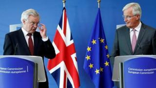 デイビス・ブレグジット担当相(写真左)とバルニエ首席交渉官(同右)