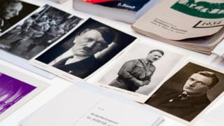 Retratos de Hitler e outros documentos encontrados na cápsula do tempo nazista