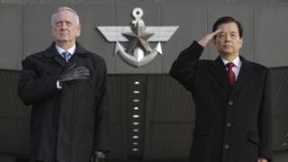 """El ministro de Defensa de Estados Unidos, James """"Perro rabioso"""" Mattis, con su homólogo surcoreano, Han Min-koo, en Corea del Sur."""