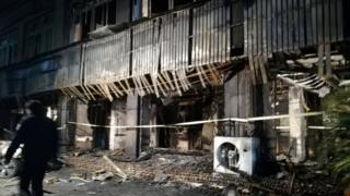 案发现场足浴店火势扑灭后呈现一片焦黑。