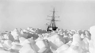 El Endurement atrapado en el hielo.