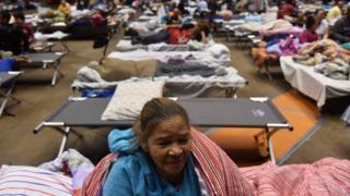 Señora en refugio en Puerto Rico.