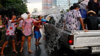 รัฐบาลชุดปัจจุบันมองว่า สาเหตุหนึ่งของการเกิดอุบัติช่วงเทศกาลสงกรานต์คือการเล่นน้ำท้ายกระบะ