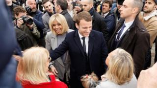 马克龙夫妇在勒图凯—巴黎—普拉日一处投票站外与支持者聊天(23/4/2017)