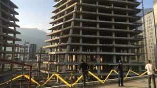 Torre de oficinas en construcción.