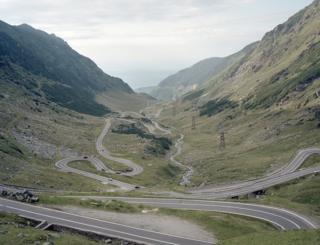 Yol dağlıq ərazidən keçib