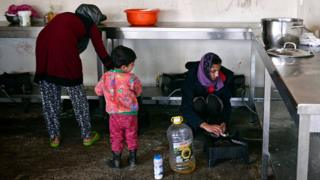 Women cooking at Oinofyta refugee camp, north of Athens, 13 Mar 17