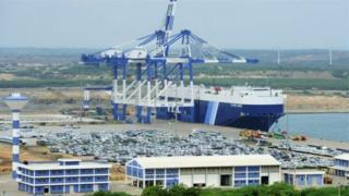 ท่าเรือแฮมบันโตตาตั้งอยู่ในเส้นทางขนส่งสินค้าระหว่างประเทศที่พลุกพล่าน
