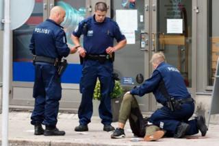 Поліція надає допомогу пораненому