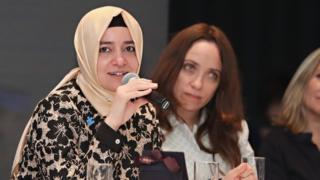 Aile ve Sosyal Politikalar Bakanı Fatma Betül Kaya Sayan mikrofonla