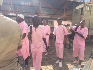 Abaregwa baje mu rukiko bambaye impuzankano y'iroza iranga abafunzwe batarakatirwa mu Rwanda