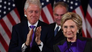 敗北宣言をするクリントン氏(写真右)とそれを見つめるクリントン元大統領(9日)