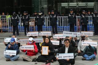 多名Uber司機在台灣交通部前面靜坐,希望政府能正視台灣共享經濟的需求。(CNA)