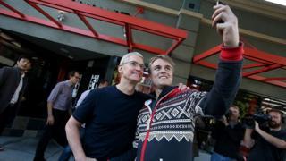 Un joven se toma un selfie con Tim Cook