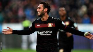 Calhanoglu ayaa si joogto ah ugu safta xulka Bayer Leverkusen waxaana loo arkaa in uu khabiir ku yahay laadadka xorta ah