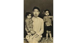 वांग अपनी दोनों बेटियों के साथ