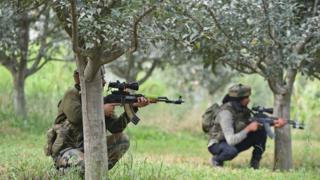 पुलवामा में भारतीय सुरक्षा बलों और चरमपंथियों के बीच मुठभेड़