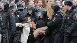Policías antidisturbios rusos detienen a un manifestante durante una manifestación de la oposición en el centro de Moscú, Rusia, 26 de marzo de 2017.