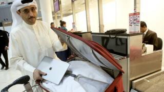 ชาวอาหรับ กับแล็บท็อปที่สนามบิน