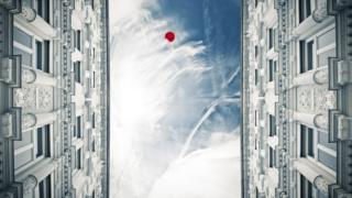 Globo en el cielo entre edificios