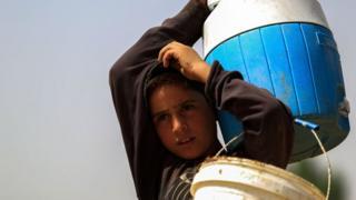 Suriye çocuk su taşıyor