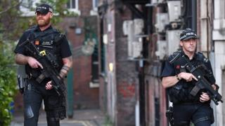 Policías armados en un operativo en Manchester.