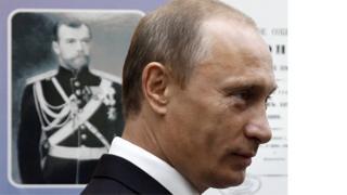 普京2008年在海参崴(符拉迪沃斯托克)参观博物馆时在沙皇肖像。