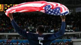 Kevin Durant celebra con una bandera de Estados Unidos