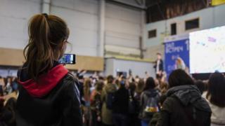 Девочка снимает встречу с блогером на телефон