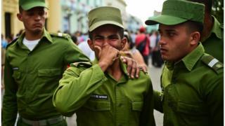 Кубинські солдати оплакують Фіделя Кастроф