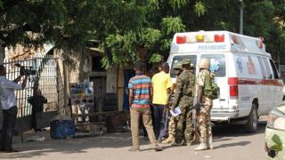 เจ้าหน้าที่ไนจีเรียดูคนเจ็บในรถพยาบาล