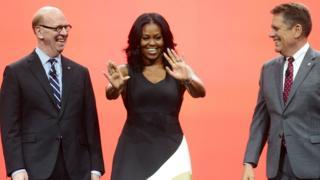Мишель Обама и двое мужчин