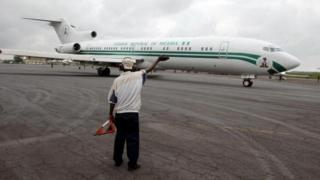 L'avion de commandement du Nigéria sur le tramac de l'aéroport de Monrovia où il a transporté le président Charles Taylor en exile le 11 aôut 2003