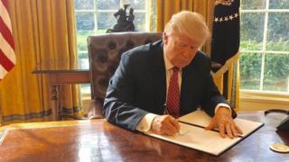 White House yasohoye ifoto Trump ashira umukono kuri iryo tegeko rishasha