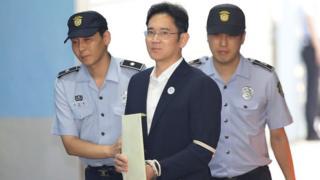 Samsung'un veliahtı Lee Jae-yong elleri bağlı mahkemeye görütülürken