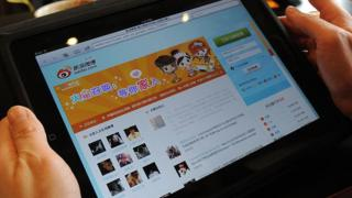 Woman viewing the Sina Weibo website on a tablet