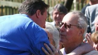 2010年総選挙中のデイビッド・キャメロン氏(左)と父イアン氏