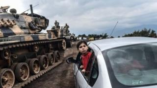 دبابة تابعة للجيش التركي تعبر الحدود نحو سوريا