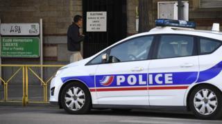 法国西部雷恩某投票站外停放了一辆警车(23/4/2017)